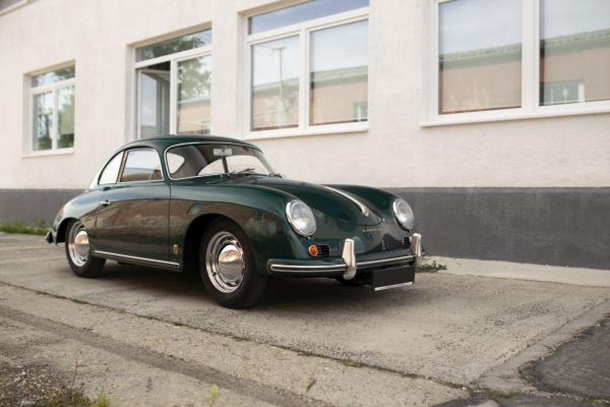 Grüner Porsche 356 von der Seite