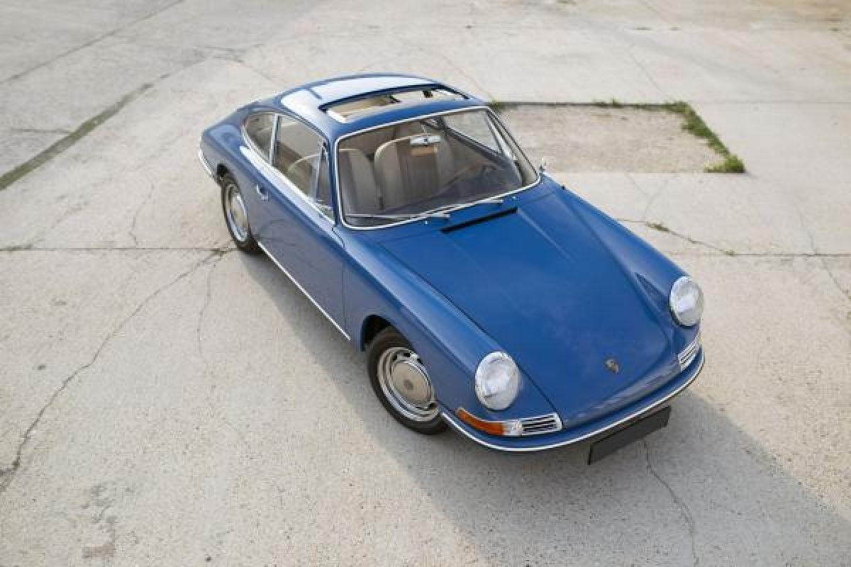 Blauer Porsche 911 von oben