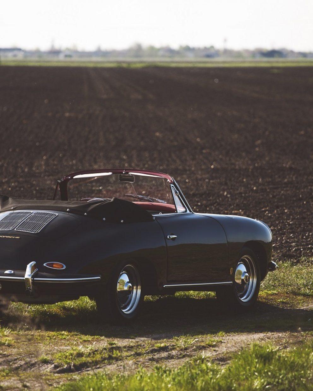 Porsche 356 BT6 Cabrio in Schwarz auf einem Feld