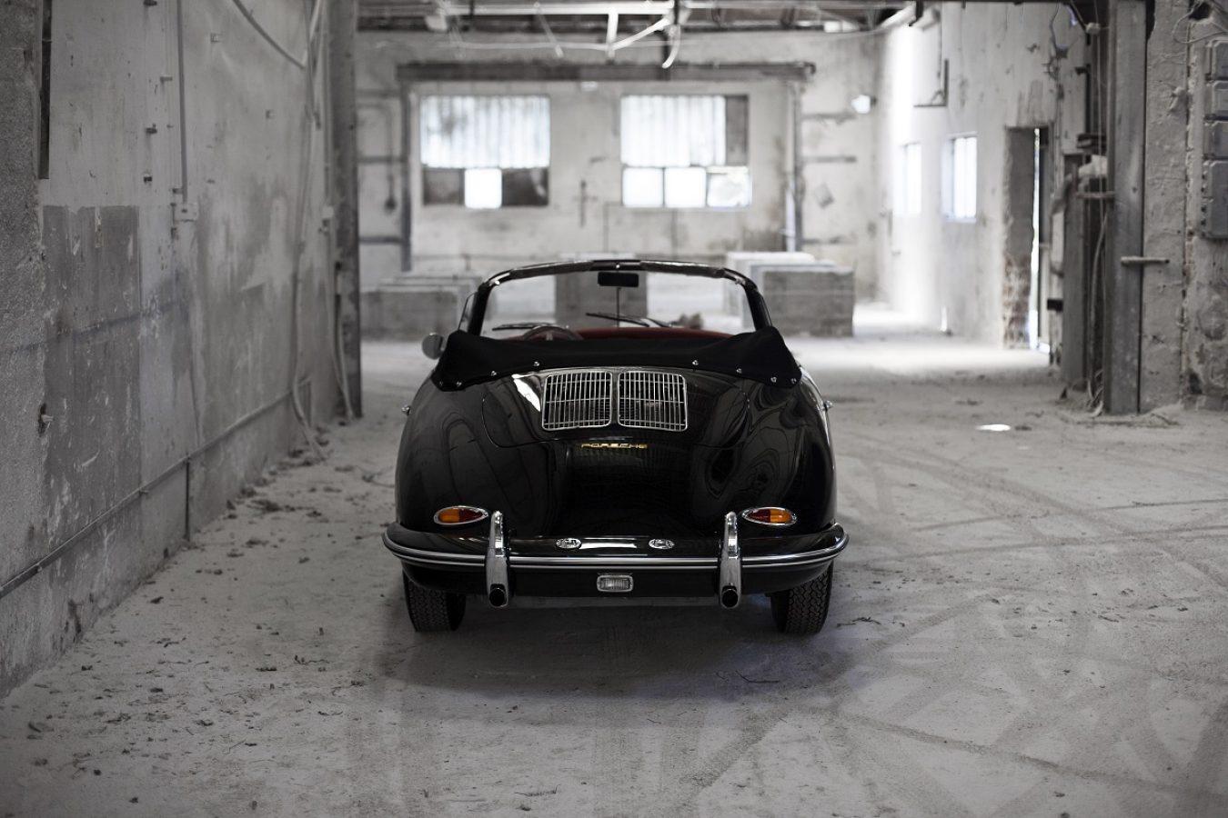 Porsche 356 BT6 Cabrio in Schwarz mit offenem Dach