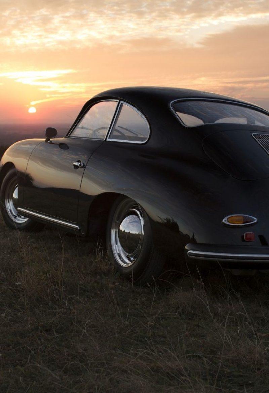 Schwarzer Porsche 356A von hinten bei Sonnenuntergang