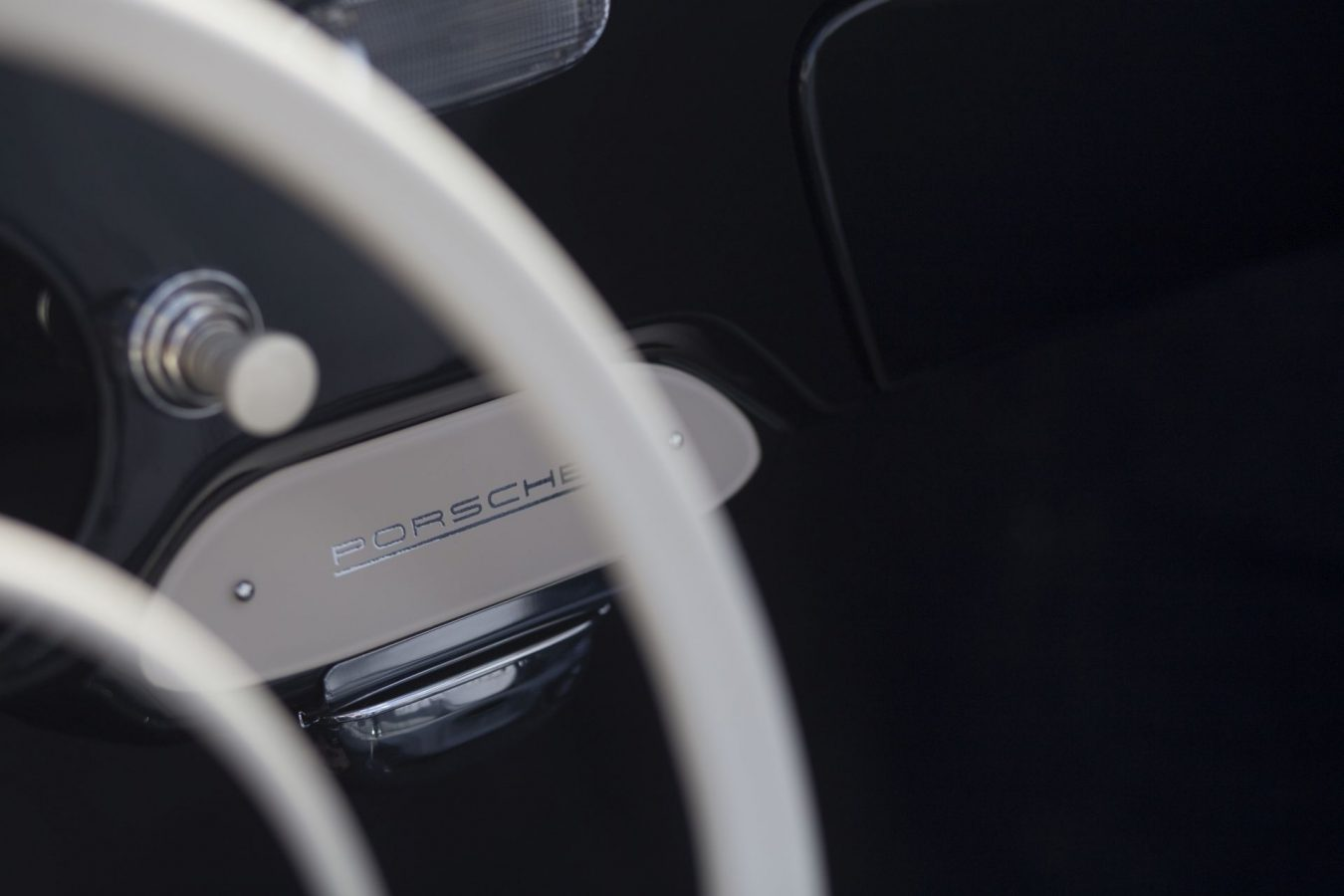 Schwarzer Porsche 356A Cabriolet Porsche Schriftzug