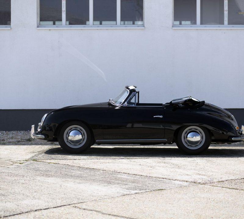 Schwarzer Porsche 356A Cabriolet von der Seite