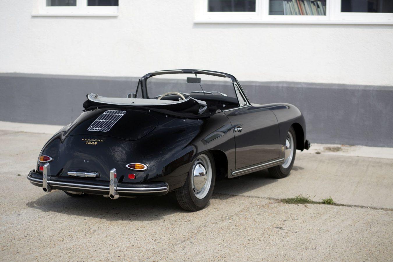 Schwarzer Porsche 356A Cabriolet mit offenem Dach