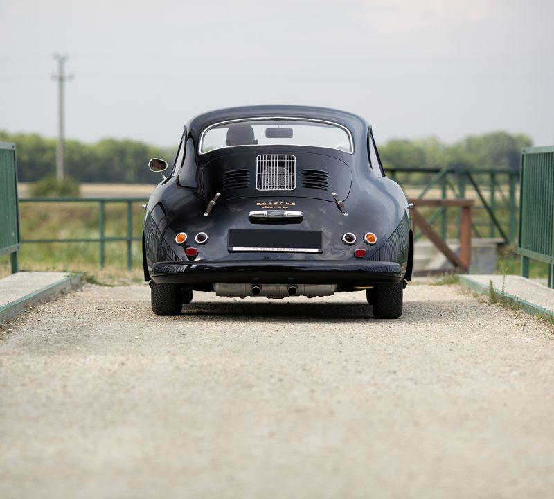 Schwarzer Porsche 356A Carrera von hinten