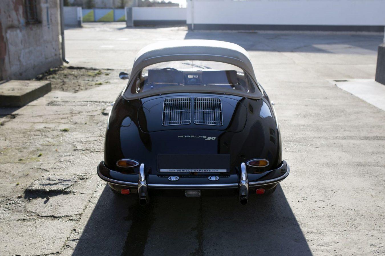 Schwarzer Porsche 356B Cabrio in Einfahrt
