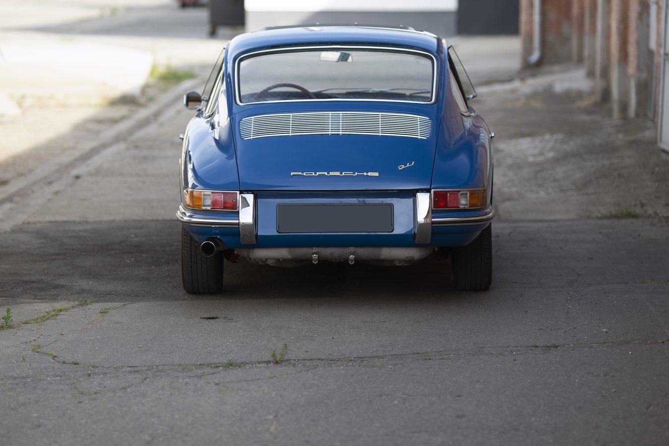 Metallic Blauer Porsche 911 von hinten