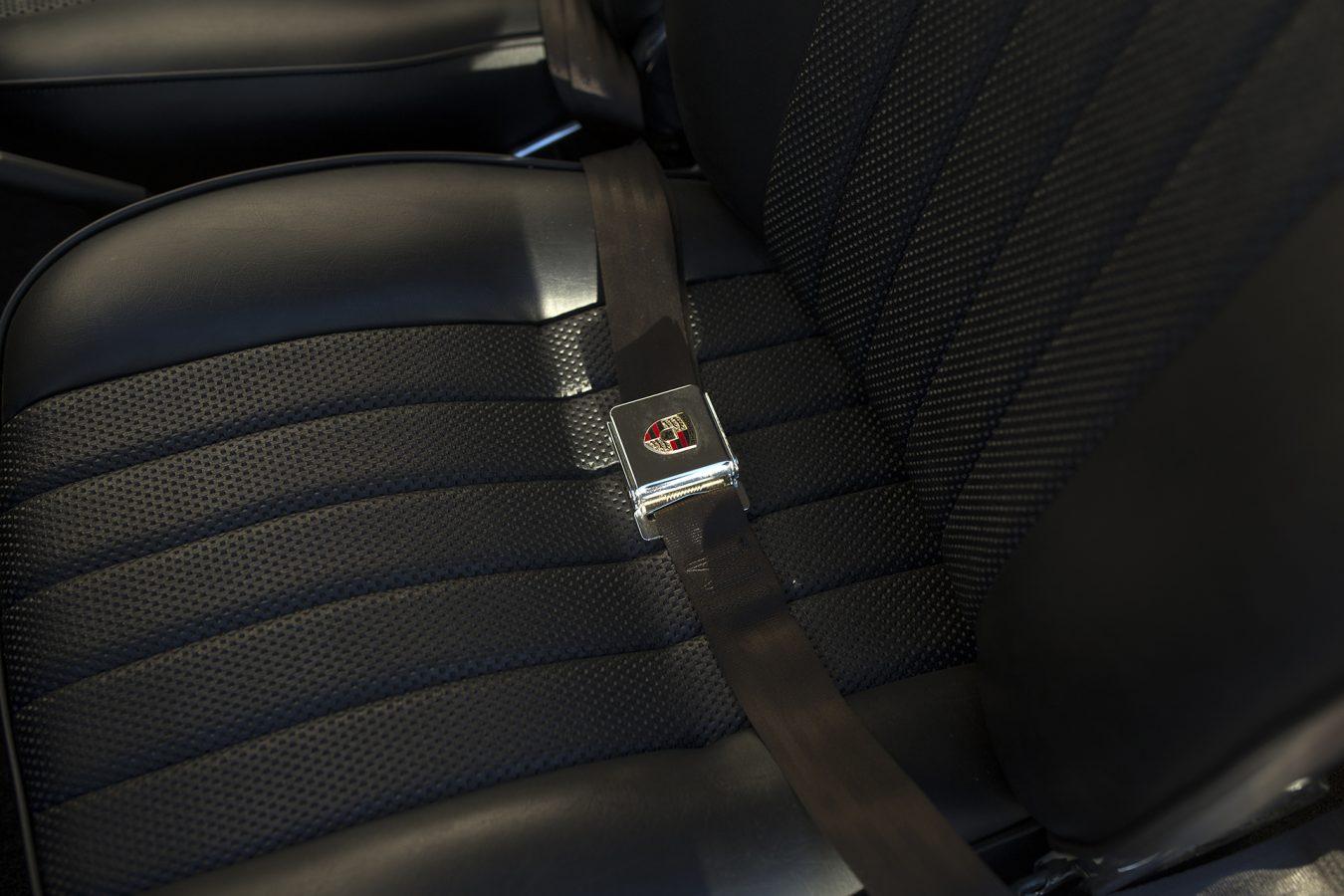 Weinroter Porsche 911 Gurtschnalle