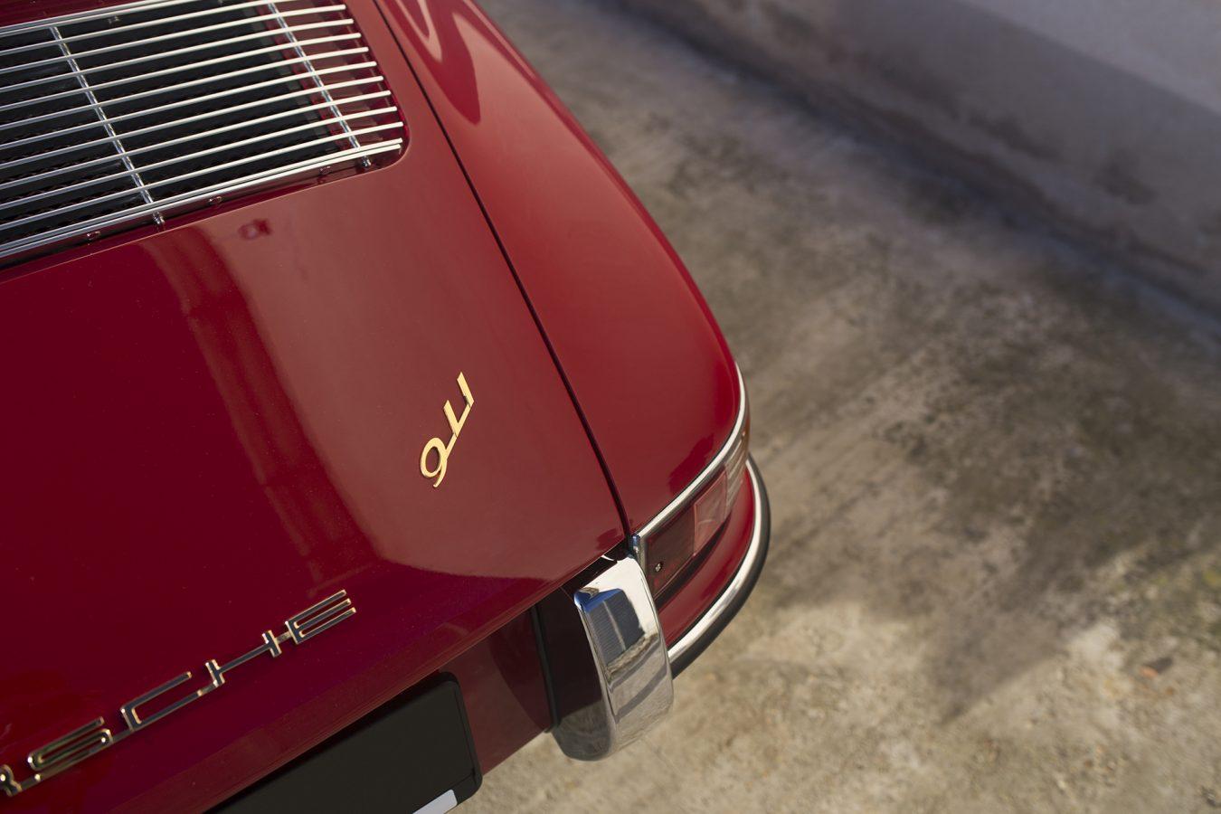 Weinroter Porsche 911 911 Schriftzug