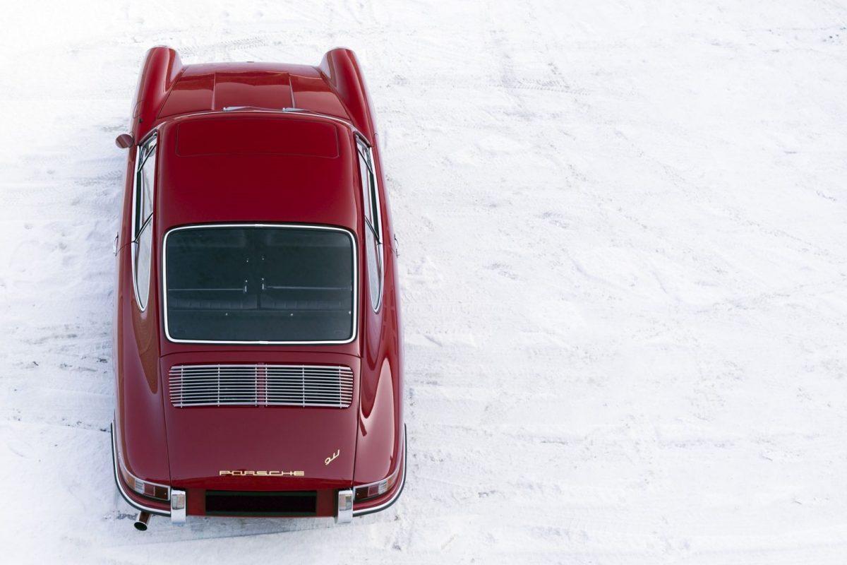 Roter Porsche 911 SWB von oben bei Schnee