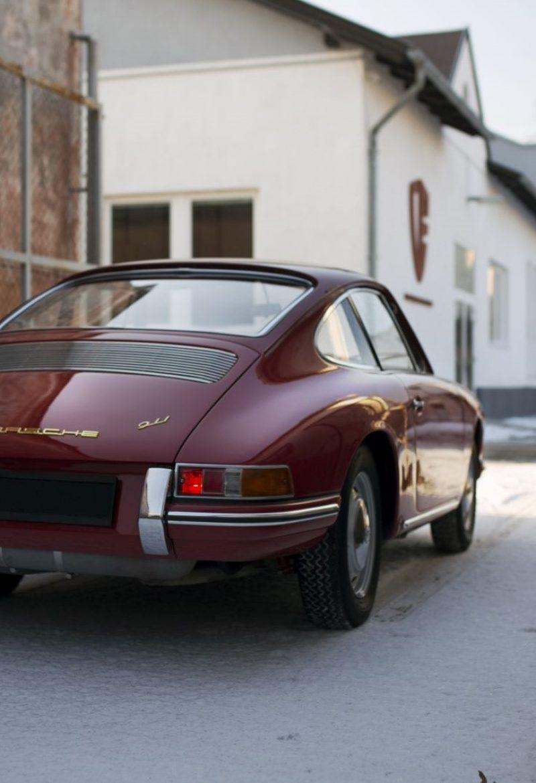 Roter Porsche 911 SWB bei Schnee