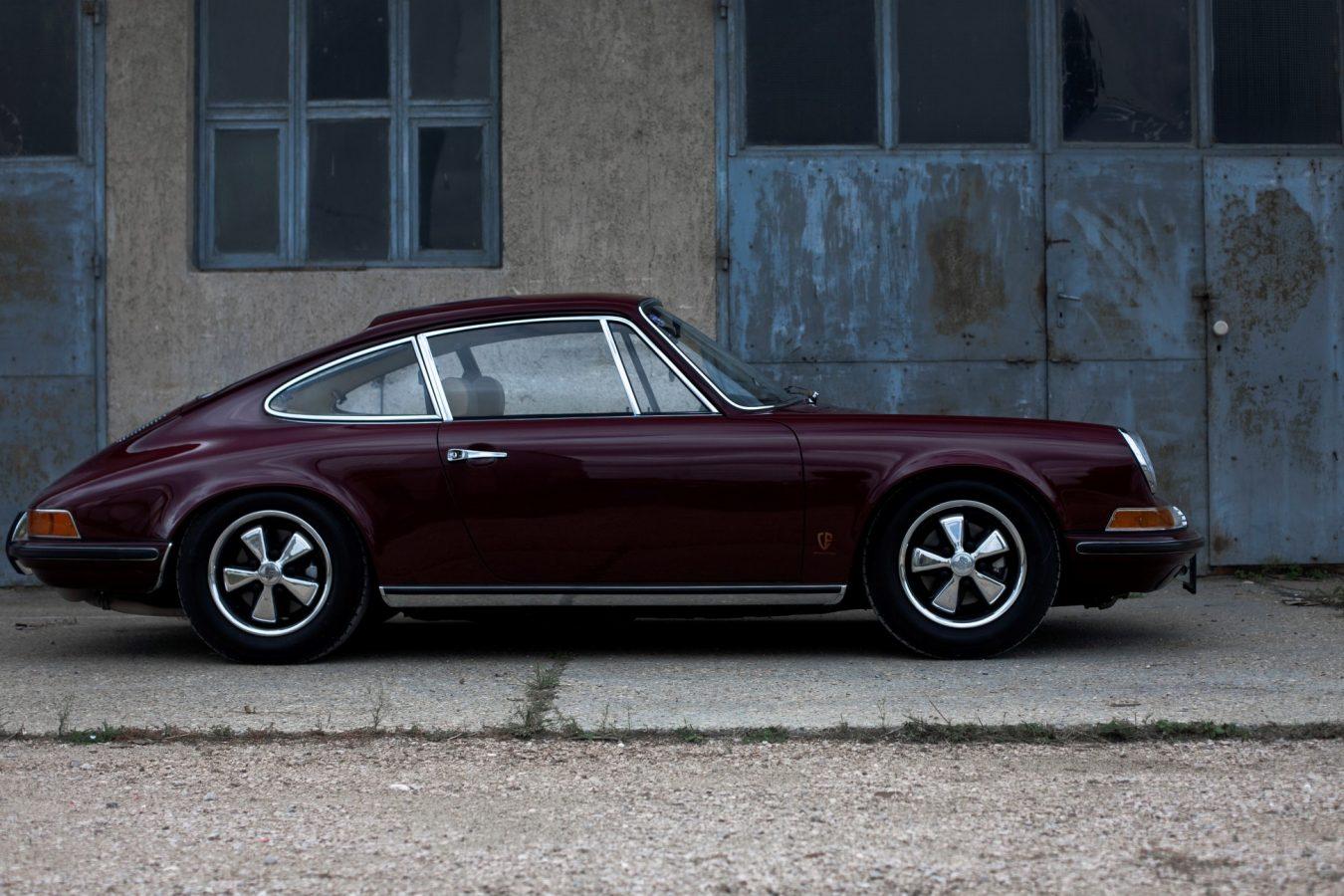 Porsche 911E in Rot von der Seite