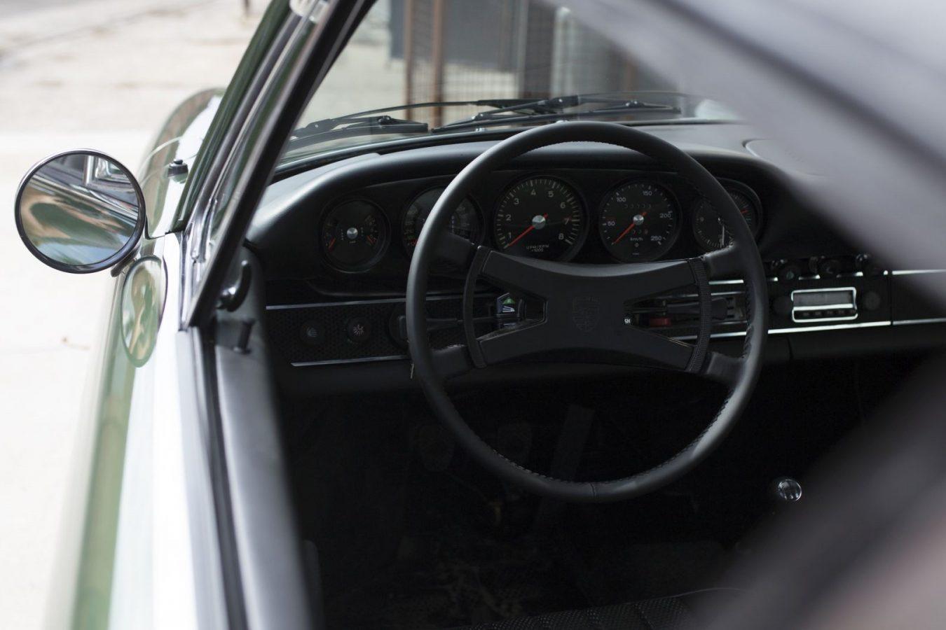 Dunkelgrüner Porsche 911E Targa Lenkrad