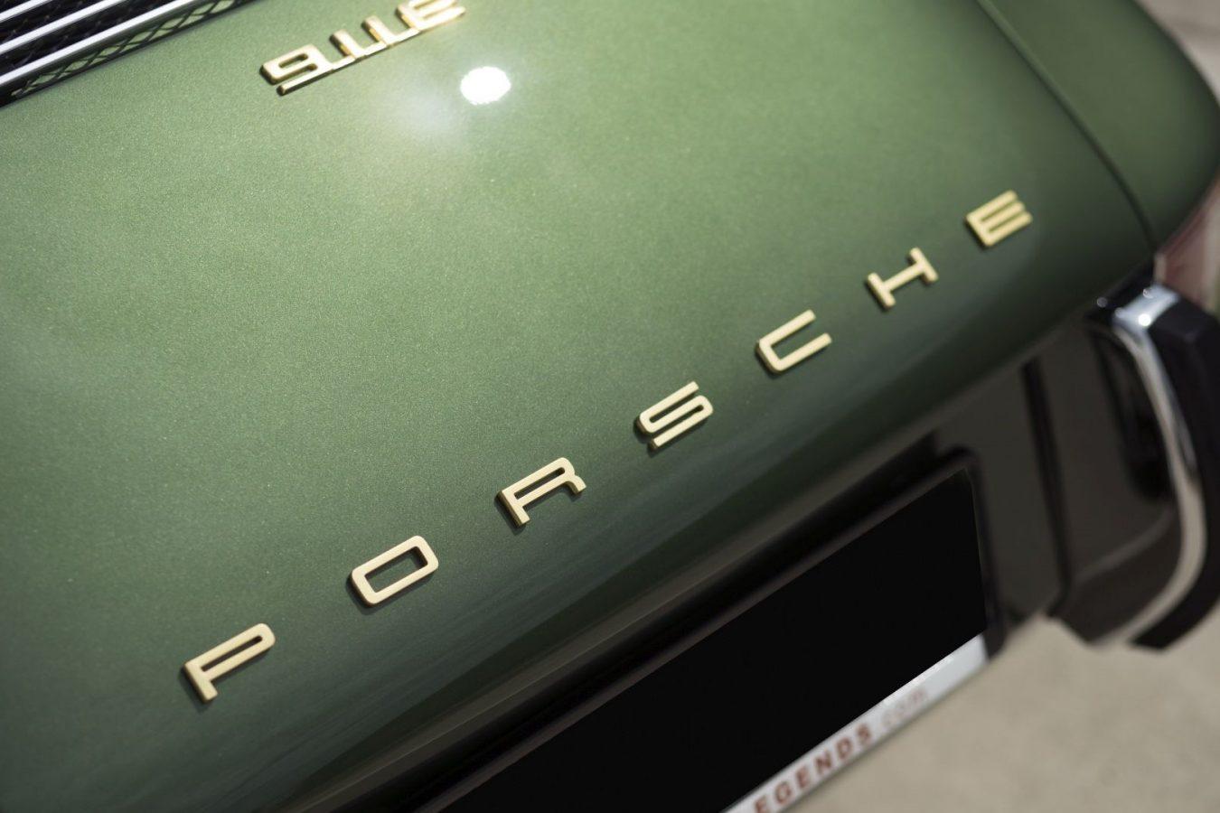 Dunkelgrüner Porsche 911E Targa Porsche Schriftzug
