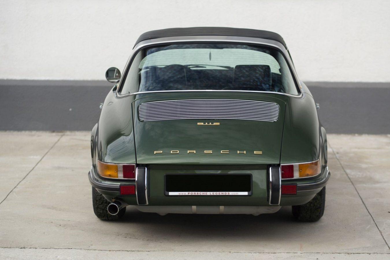 Dunkelgrüner Porsche 911E Targa von hinten
