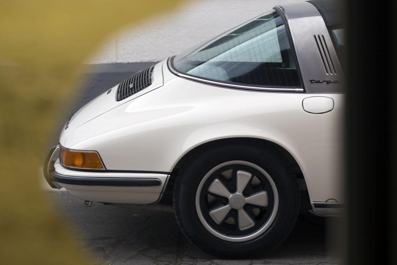 Cremeweißer Porsche 911E Targa hinten