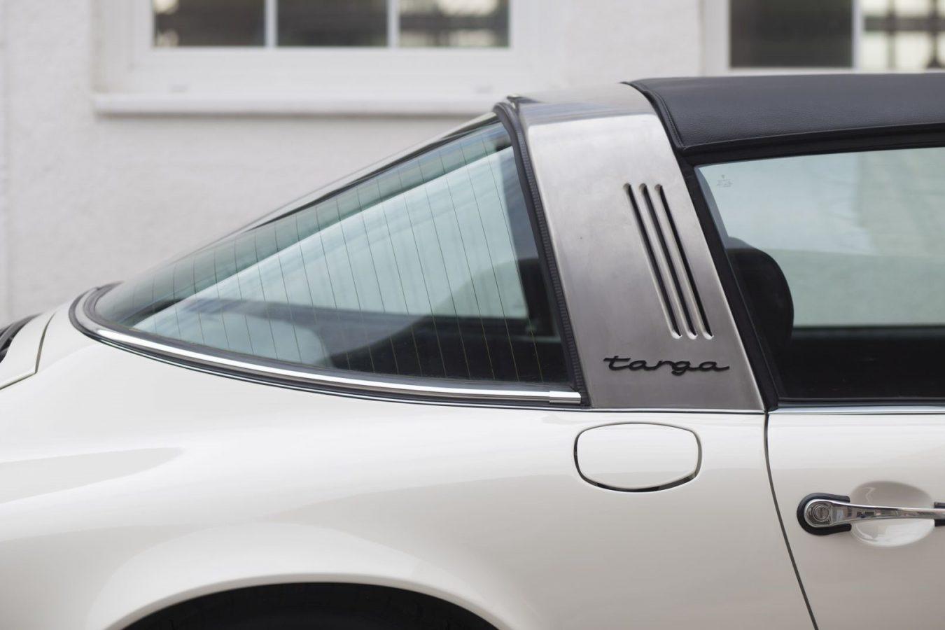 Cremeweißer Porsche 911E Targa Targa Schriftzug