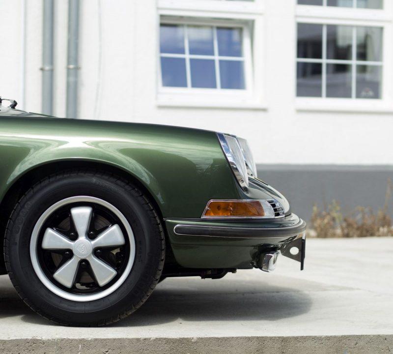 Dunkelgrüner Porsche 911E Targa Scheinwerfer