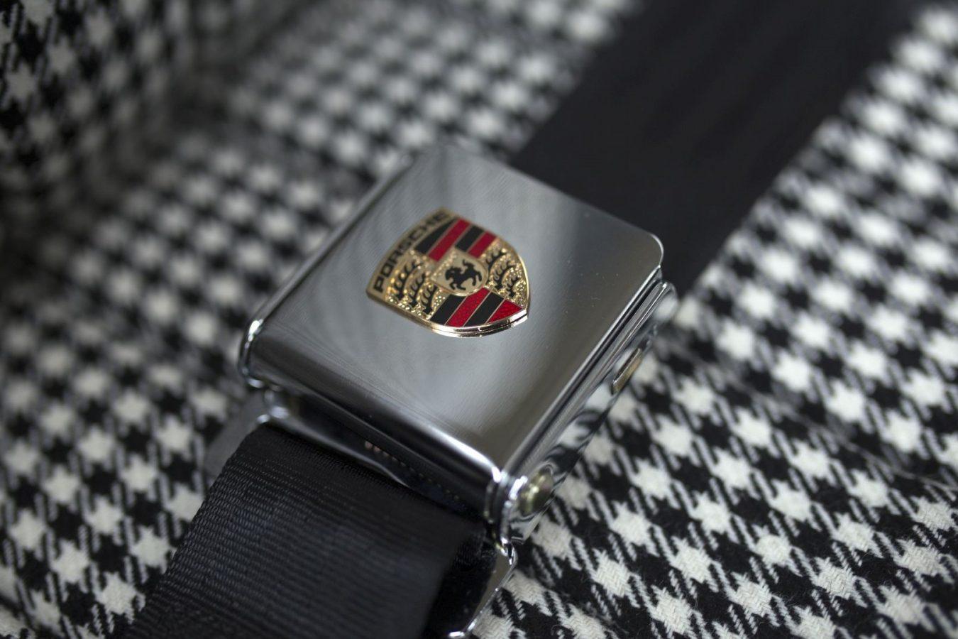 Gurtschnalle mit Porsche Logo