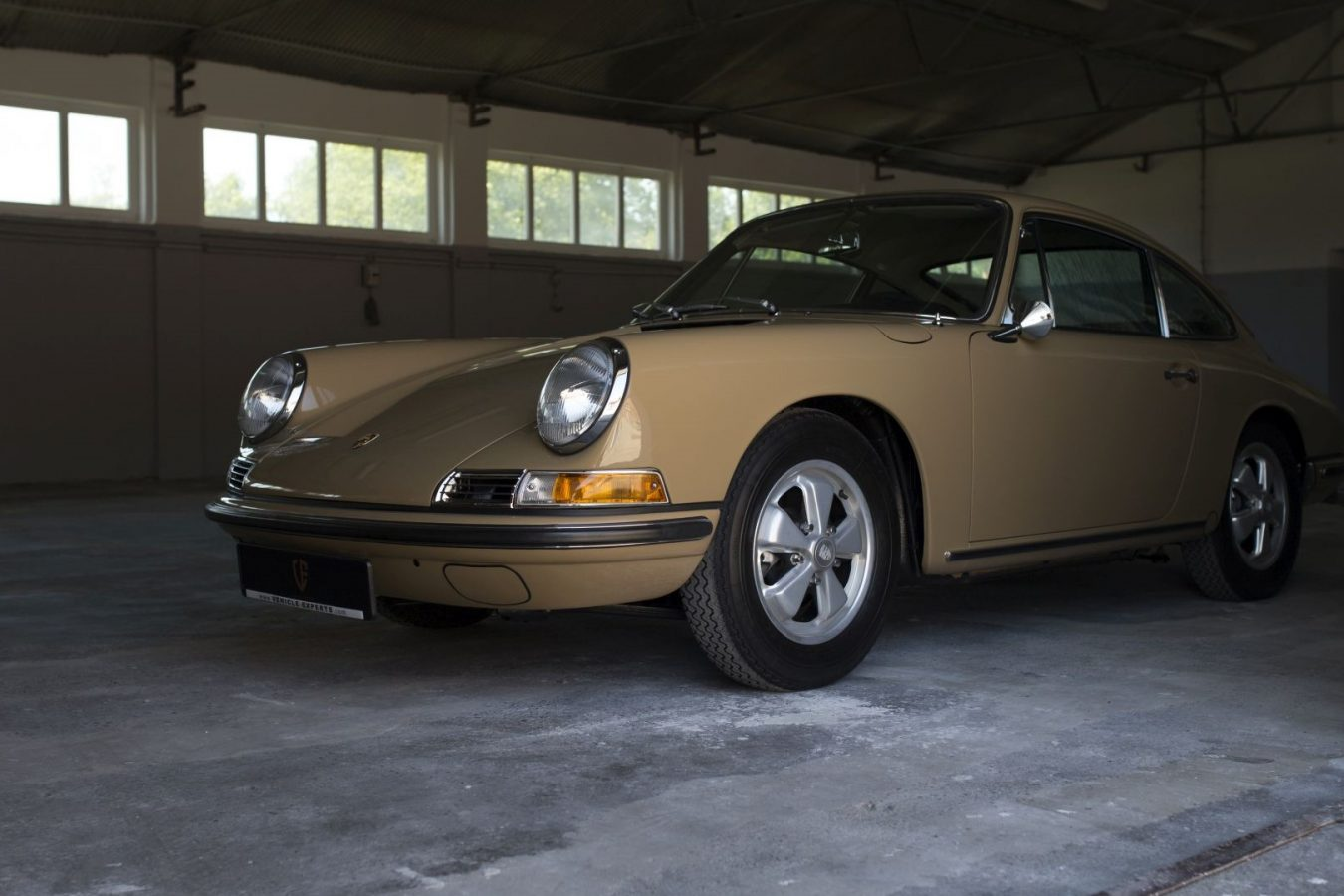 Sandfarbener Porsche 911S SWB von Vehicle Experts