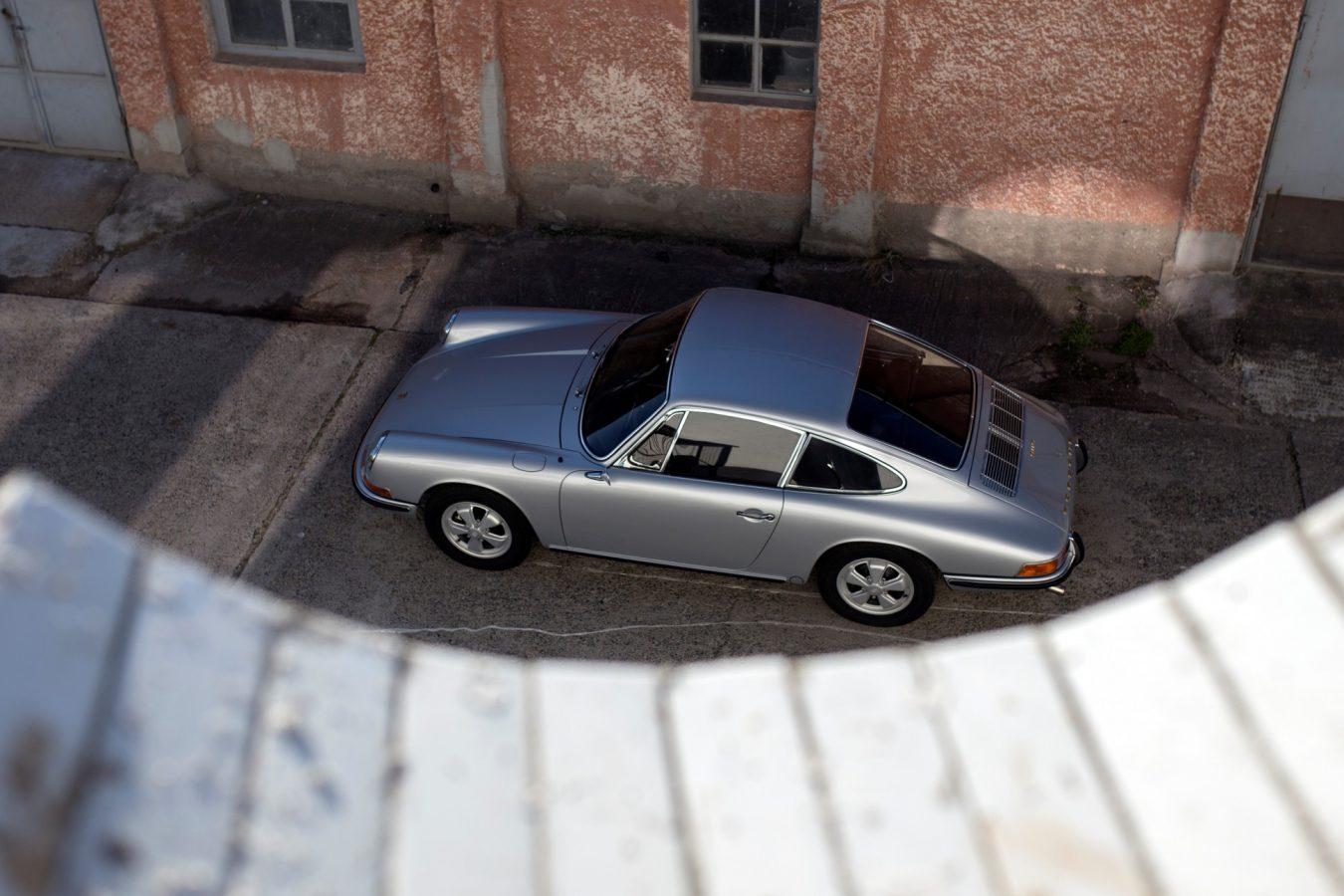 Silberner Porsche 911S SWB von oben