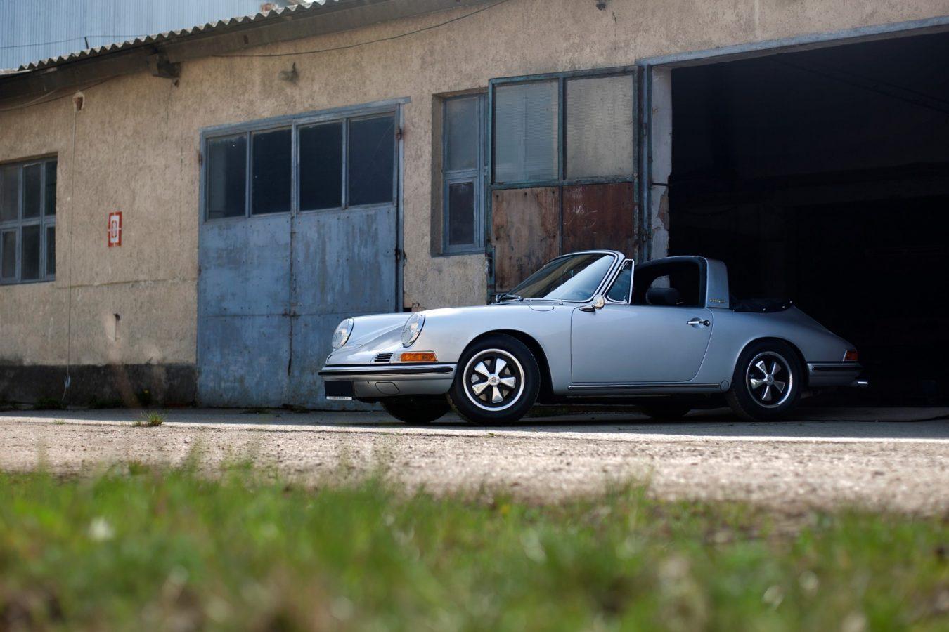 Porsche 911S SWB Softwindow Targa in Silber vor der Garage