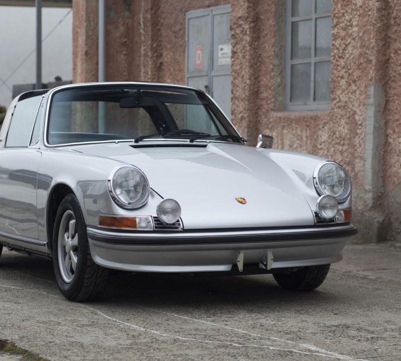 Silberner Porsche 911S Targa von vorne