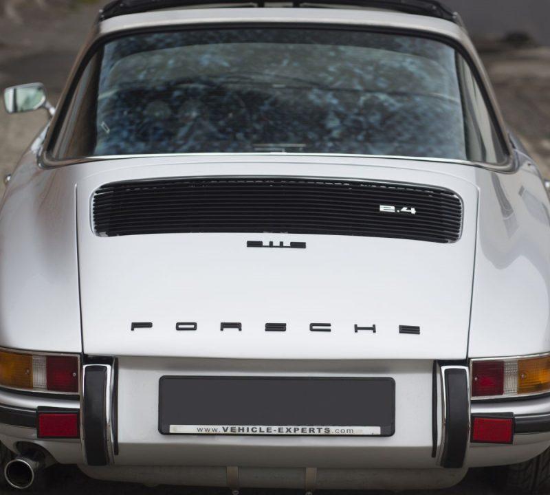 Silberner Porsche 911S Targa von hinten