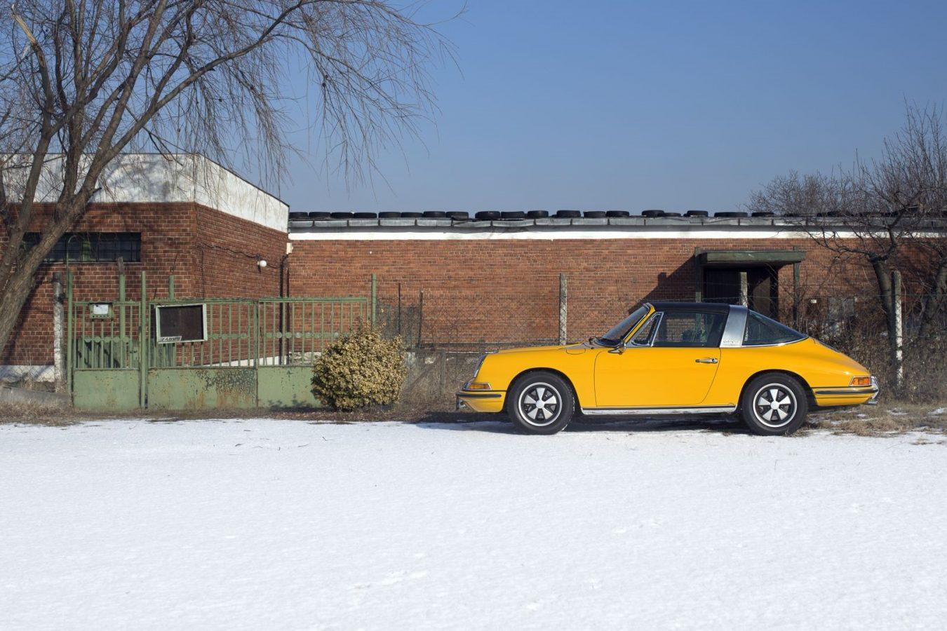 Gelber Porsche 911S Targa bei Schnee