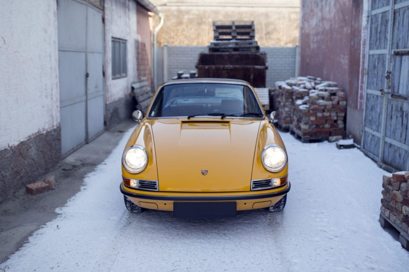 Gelber Porsche 911S Targa von vorne