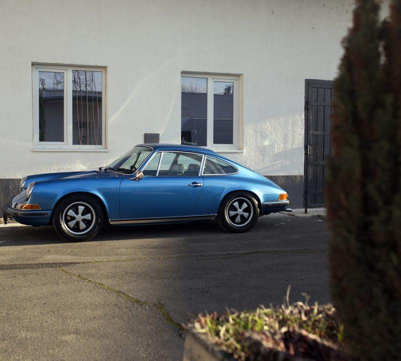 Hellblauer Porsche 911T von der Seite
