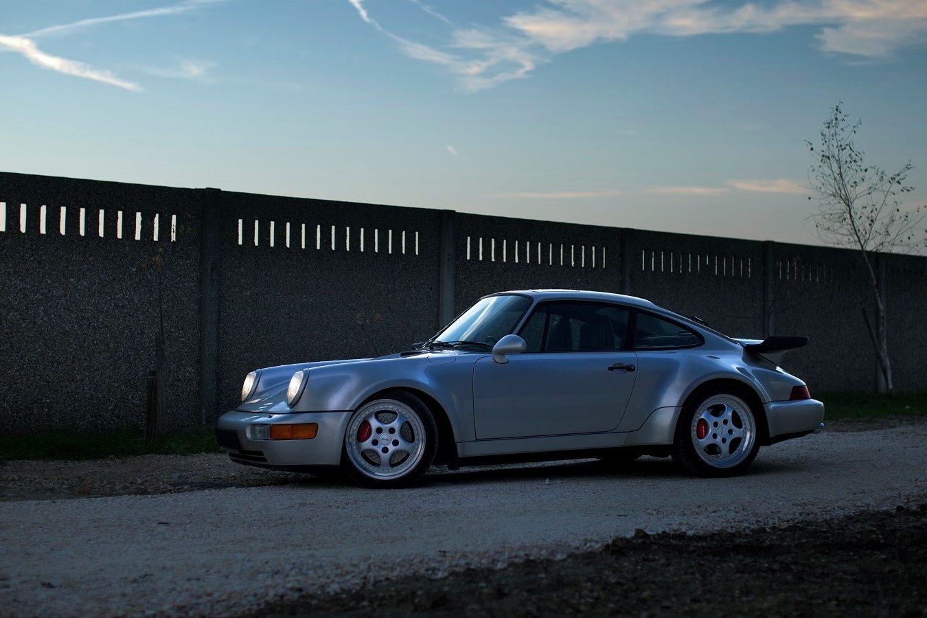 Porsche 964 3,6 Turbo in Silbergrau von der Seite
