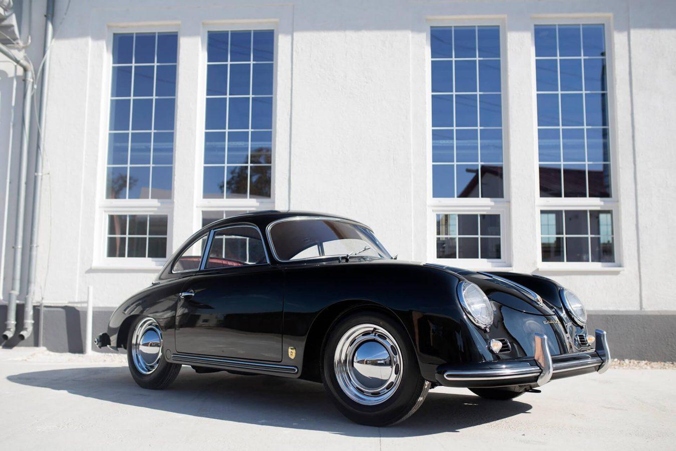 Schwarzer Porsche von vorne