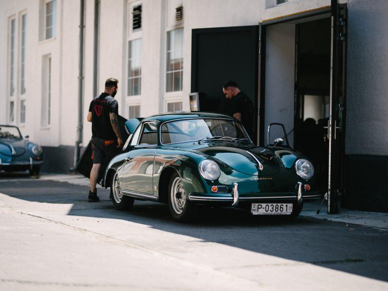 Reparatur von grünem Porsche