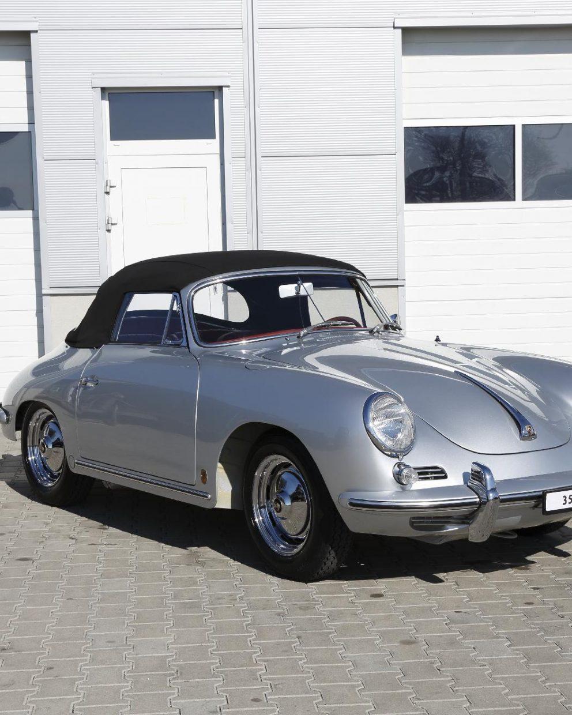 Silberner Porsche 356 BT6 Cabrio vor Garage