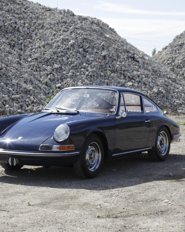 Blauer Porsche 911 SWB vor Schotter