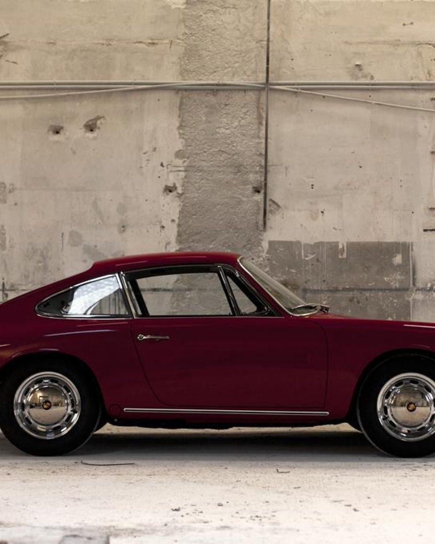 Roter Porsche 911 SWB von der Seite in der Werkstatt
