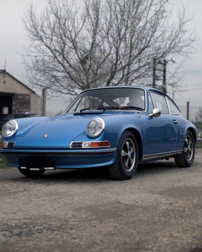 Hellblauer Porsche 911S auf der Straße