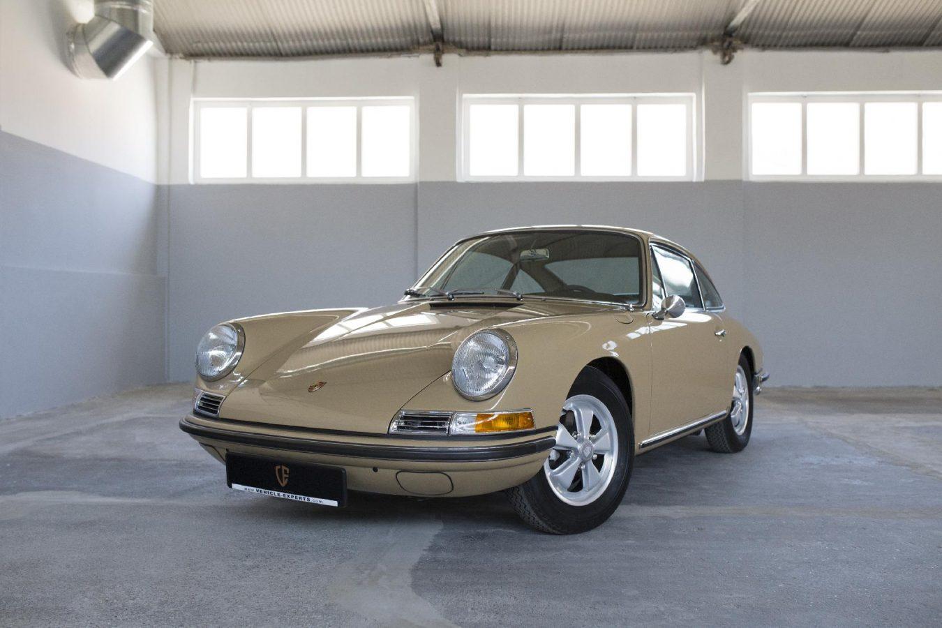 Sandfarbener Porsche 911S SWB in der Werkstatt