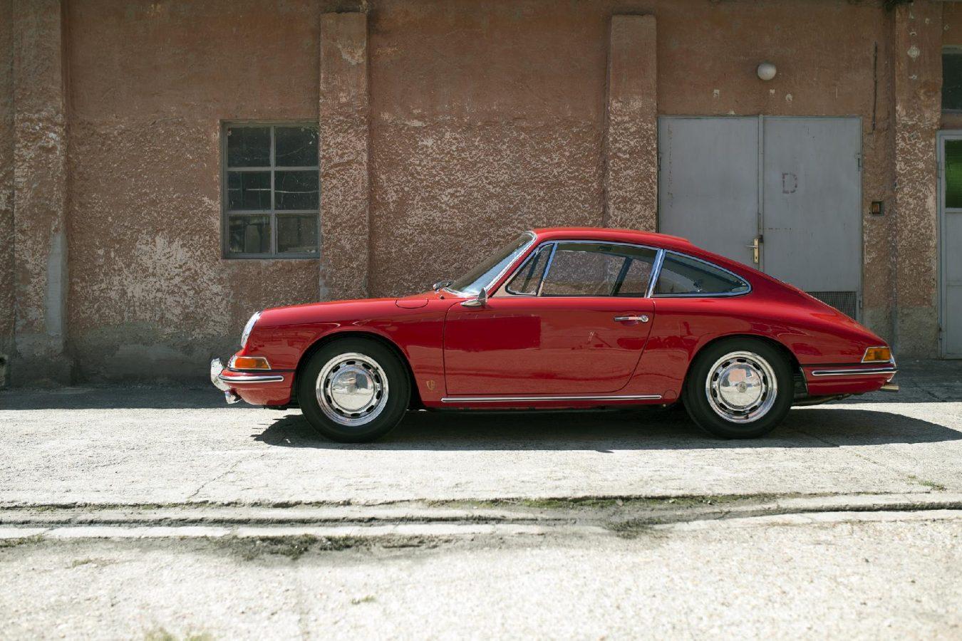 Glänzender roter Porsche 911 SWB von der Seite