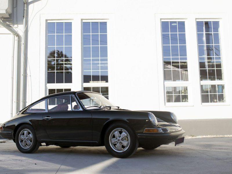 Schiefergrauer Porsche 911S SWB 23 vor der Werkstatt