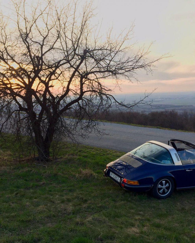 Blauer Porsche 911S Targa bei Sonnenuntergang