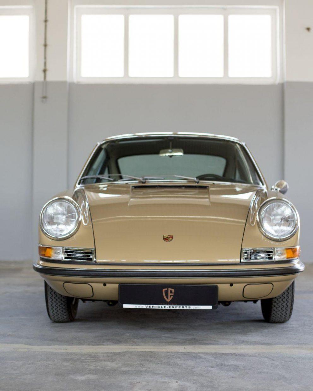 Sandfarbener Porsche 911S SWB in Werkstatt
