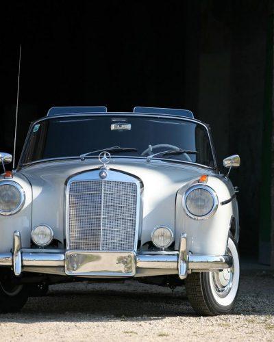 Silberner Mercedes Ponton 220S von vorne