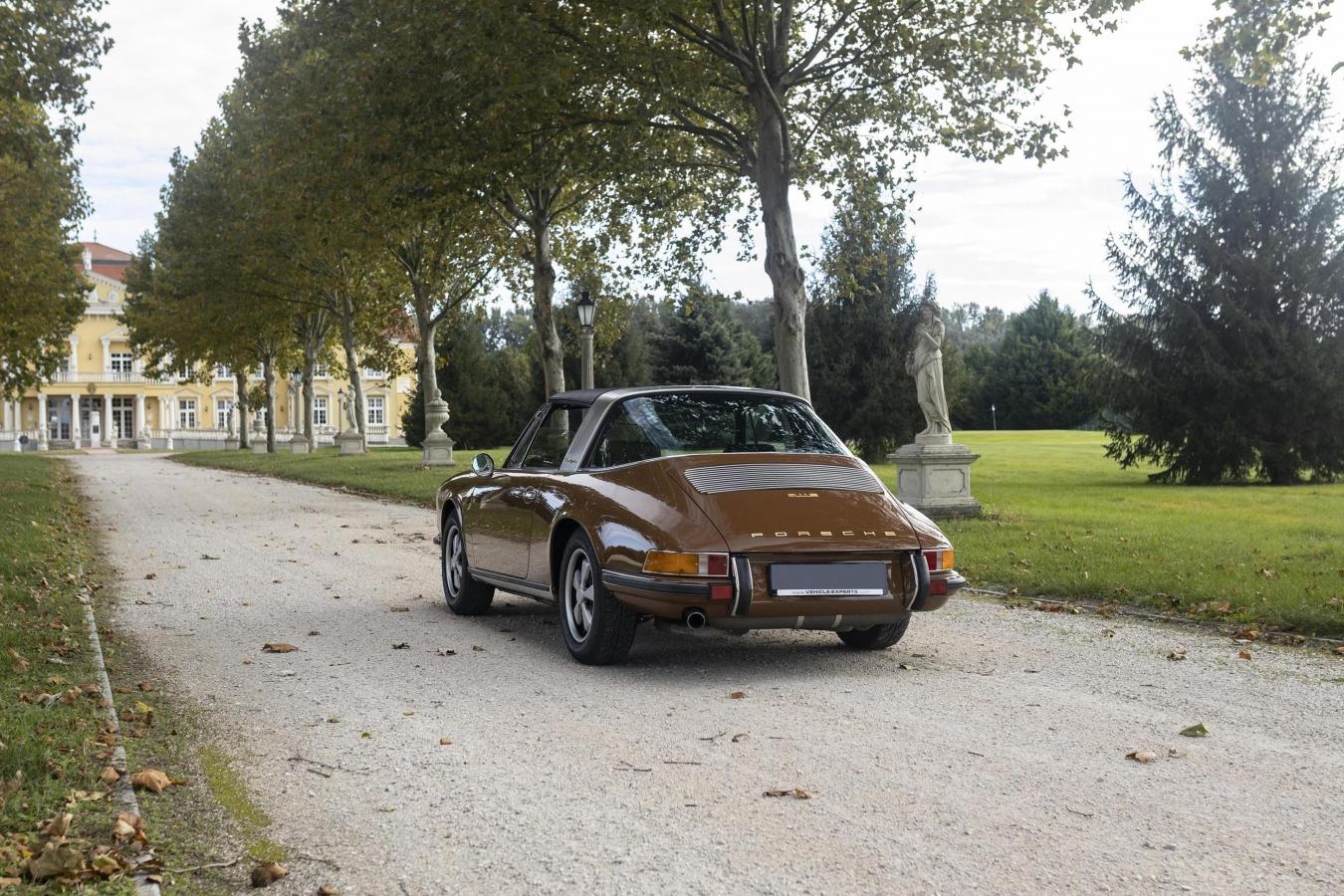 Sepiabraun Porsche 911 aus 9