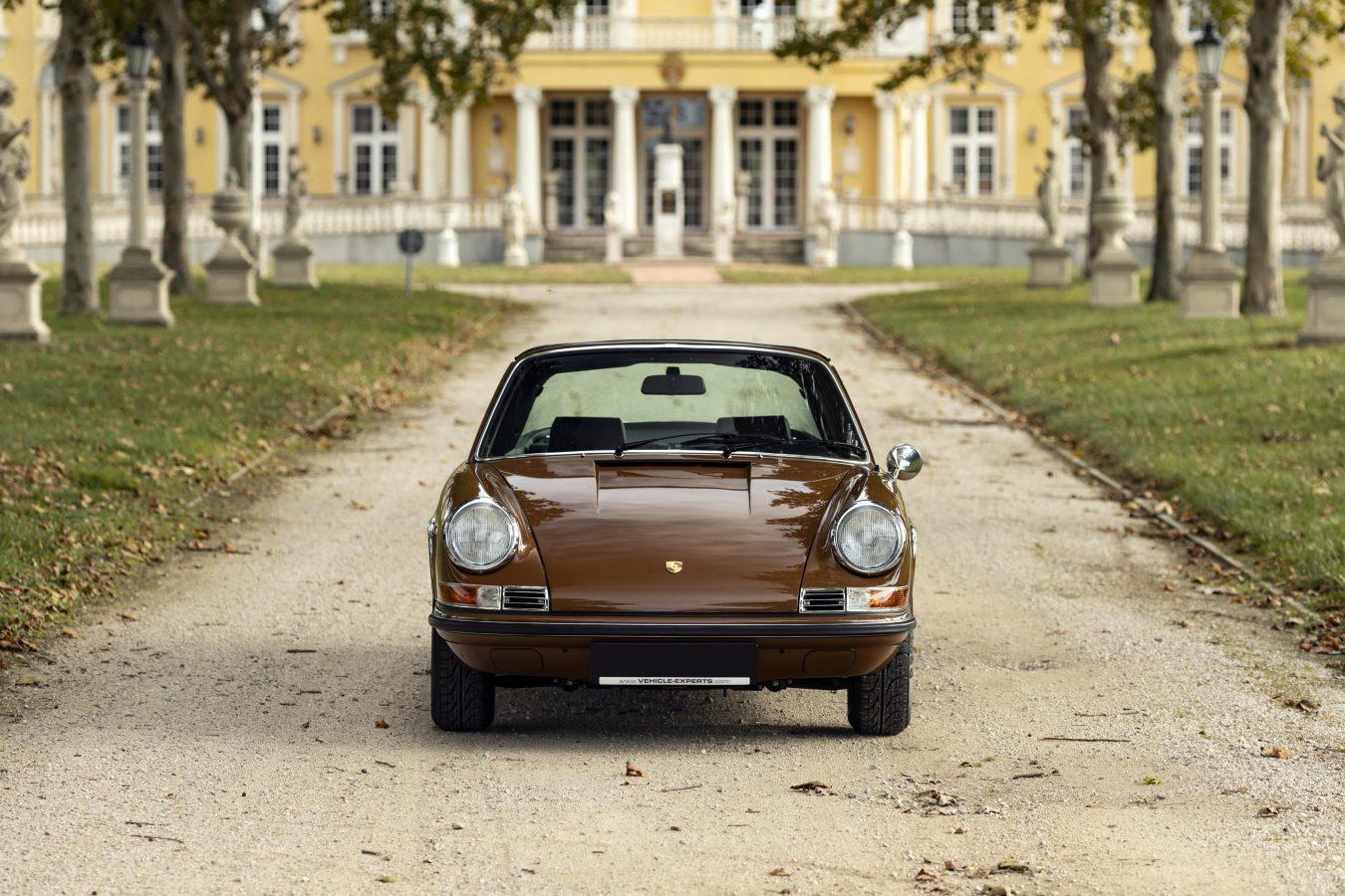 Sepiabraun Porsche 911 aus