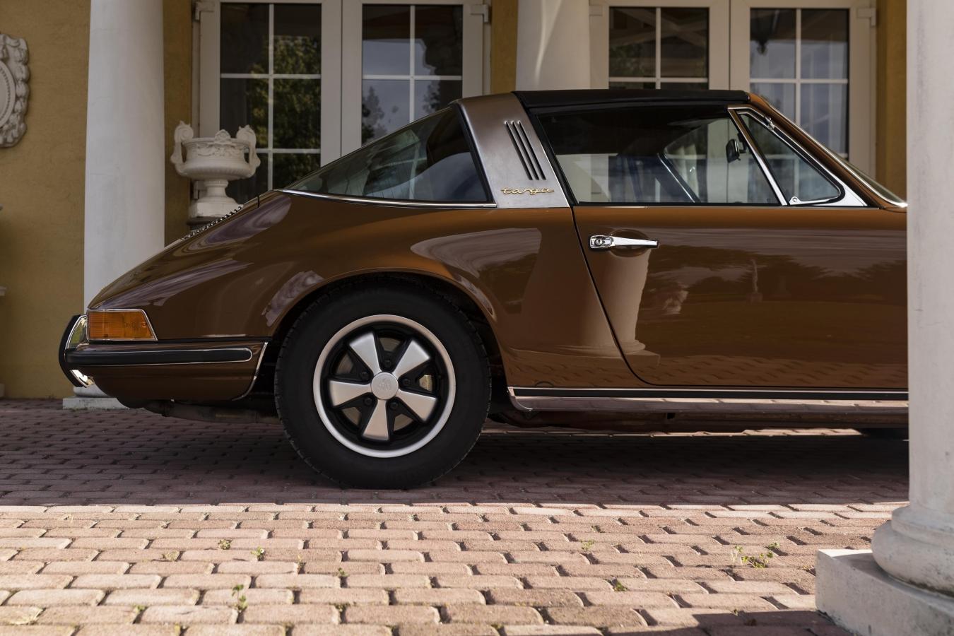 Sepiabraun Porsche 911 aus 6