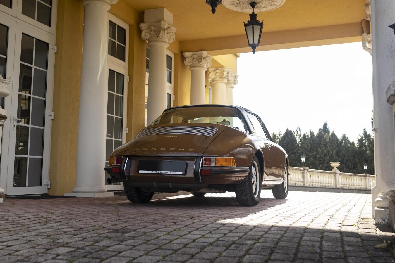 Sepiabraun Porsche 911 aus 7