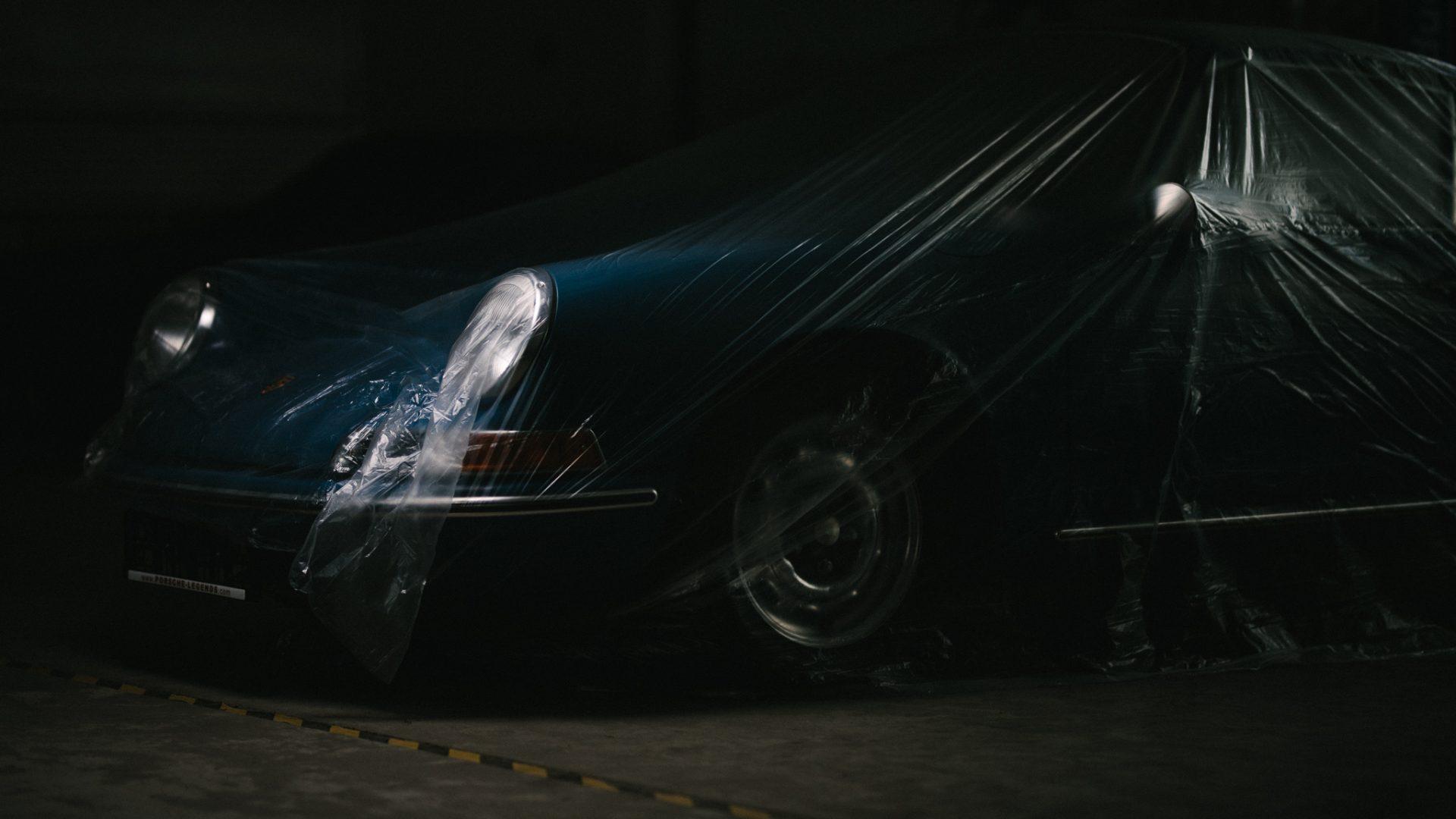 Blauer Porsche mit durchsichtiger Plane