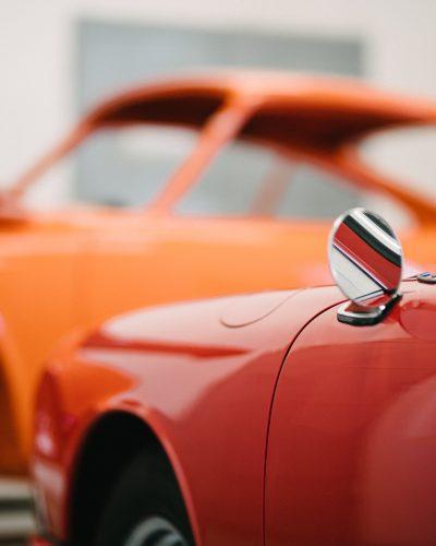 Außenspiegel eines roten Porsches
